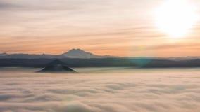 Timelapse natural Os picos de montanhas enormes aumentam acima do oceano das nuvens rapidamente moventes No horizonte é visível a filme