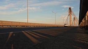 Timelapse nedersta sikt av medel som passerar över bron stock video