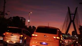 Timelapse no nigth, na arquitetura da cidade bonita com carros, nos velomotor e no tráfego video estoque