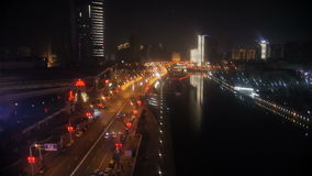 Timelapse nocy miasta drogowy ruch drogowy i drapacze chmur blisko rzeki zdjęcie wideo