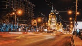 Timelapse nocy miasta drogowy ruch drogowy, konstruktywistyczny architektura stylu budynek zbiory
