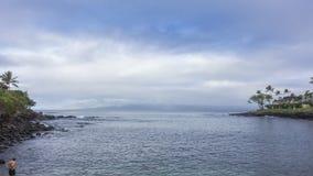 Timelapse - nuages en mouvement au-dessus de baie de Honekeana banque de vidéos