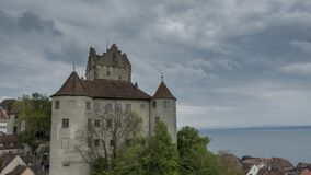 Timelapse - nuages mobiles au-dessus de château Meersburg banque de vidéos