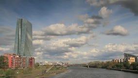 Timelapse - nuages mobiles au-dessus de la canalisation de rivière banque de vidéos