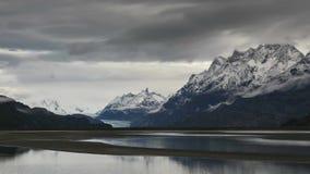 Timelapse - nuages mobiles au-dessus du lac gris banque de vidéos