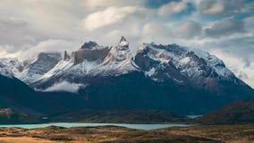 Timelapse - nuages mobiles sur la gamme de montagne de Torres del Paine banque de vidéos