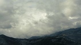 Timelapse - nuotata delle nuvole sopra le belle montagne video d archivio