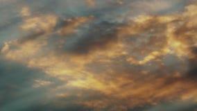 Timelapse: nuvens alaranjadas do outono que cercam video estoque