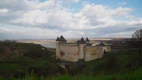 Timelapse, nuvole galleggia delicatamente sopra il vecchio castello stock footage