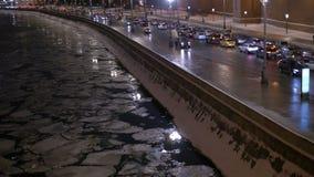 Timelapse O movimento dos veículos na margem do ` s da cidade No tempo da noite filme