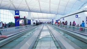 Timelapse occupato dei passeggeri dell'aeroporto archivi video