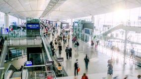 Timelapse ocupado de los pasajeros del aeropuerto almacen de metraje de vídeo