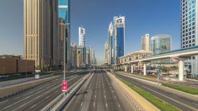 Timelapse ocupado de Sheikh Zayed Road, ferrocarril del metro y rascacielos modernos alrededor en la ciudad de lujo de Dubai metrajes