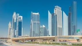 Timelapse ocupado de Sheikh Zayed Road, ferrocarril del metro y rascacielos modernos alrededor en la ciudad de lujo de Dubai almacen de metraje de vídeo