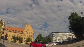 Timelapse op stadsstraat op de zomerdag stock videobeelden