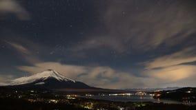 Timelapse - opinión de la noche del Mt Fuji y Yamanakako almacen de metraje de vídeo