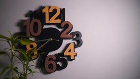 Timelapse oryginalny ścienny zegar z różnymi kolor liczbami i srebnymi zegarowymi rękami zbiory
