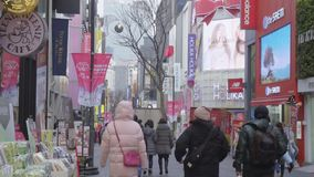 Timelapse på dendong marknaden Folk som går på en shoppinggata på natten arkivfilmer