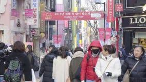 Timelapse på dendong marknaden Folk som går på en shoppinggata på natten lager videofilmer