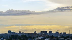 Timelapse Paisaje de la ciudad Los colores en colores pastel se nublan sobre una ciudad moderna después de una lluvia almacen de video