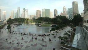 Куала-Лумпур, Малайзия - 18-ое июля 2018: Timelapse людей на фонтане Park City мола KLCC