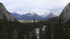 Timelapse pelo rio da curva em Banff, Canadá 4K vídeos de arquivo