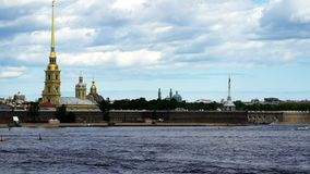 Timelapse Peter And Paul Fortress e panorama di Neva River nel centro storico di St Petersburg, Russia video d archivio