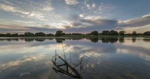 Timelapse piękny chmurny wschód słońca w jeziorze z odbiciem zbiory wideo