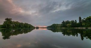 Timelapse piękny chmurny wschód słońca w jeziorze z odbiciem zdjęcie wideo