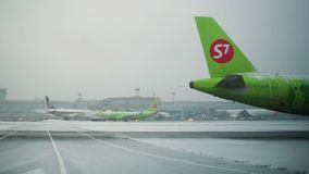 Timelapse of planes traffic and de-icing at Domodedovo Airport in winter, Moscow. MOSCOW, RUSSIA - DECEMBER 18, 2017: Timelapse shot of planes and vehicles stock video