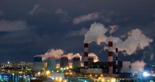 Timelapse, plantas del tubo emite el vapor, humo en la noche Fábrica almacen de metraje de vídeo