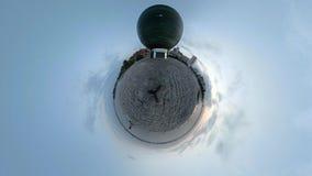 Timelapse poco planeta, gente camina en el cuadrado cerca del monumento vídeo 4K almacen de video