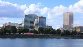 Timelapse Portland, Oregon Skyline durch den Willamette-Fluss 4K stock footage