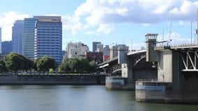 Timelapse Portland, Oregon Stadtzentrum durch Brücke über Willamette-Fluss 4K stock video