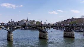 Timelapse: Povos que andam na ponte de Pont des Arts no Seine River - a Paris filme