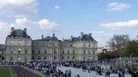 Timelapse: Povos que apreciam a luz do sol no jardim de Luxemburgo em domingo - Paris filme