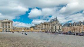 Timelapse principal da entrada principal com os turistas no palácio de Versalhes Versalhes, france video estoque