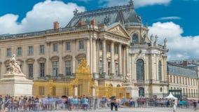 Timelapse principal de la entrada principal con los turistas en el palacio de Versalles Versalles, Francia metrajes