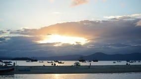 Timelapse przy plażą z bóg promieniami shinning przez chmur zdjęcie wideo
