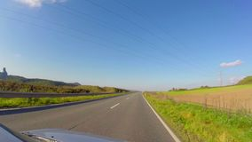 Timelapse que conduce el pequeño camino del pueblo del coche, cielo azul, paseo del verano almacen de video