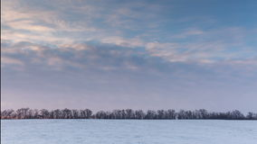 Timelapse Rússia O movimento das nuvens no por do sol no estepe nevado no inverno vídeos de arquivo