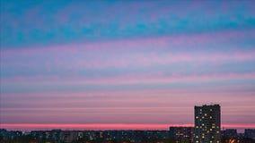 Timelapse reflekterad flod för stadskremlin liggande natt Inställningssolen, härliga moln, mot bakgrunden av bostads- fjärdedelar lager videofilmer