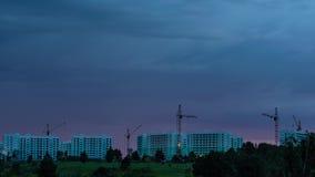 Timelapse reflekterad flod för stadskremlin liggande natt Inställningssolen, härliga moln, mot bakgrunden av bostads- fjärdedelar stock video