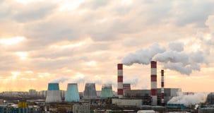 Timelapse, Rohranlagen strahlen Dampf, Rauch tagsüber aus stock video