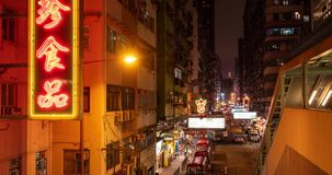 Timelapse ruchliwa ulica z ruchem drogowym i pedestrians przy nocą w Hong Kong zbiory wideo