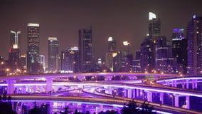 Timelapse ruchliwie ruch drogowy nad wiaduktem w nowo?ytnym mie?cie, Szanghaj, Chiny zbiory