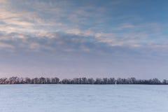 Timelapse Ryssland Rörelsen av molnen på solnedgången i den snöig stäppen i vinter arkivfilmer