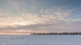 Timelapse Ryssland Rörelsen av molnen på solnedgången i den snöig stäppen i vinter stock video