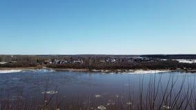 Timelapse rzeczna wiosna w lodu lodu dryfu niebie chmurnieje zdjęcie wideo