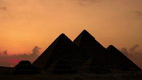 Timelapse Salida del sol sobre las pirámides en Giza Egipto almacen de metraje de vídeo